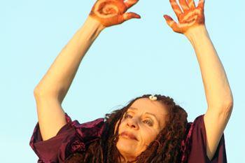 Foto dancing raven woman Trauerarbeit Neustadt